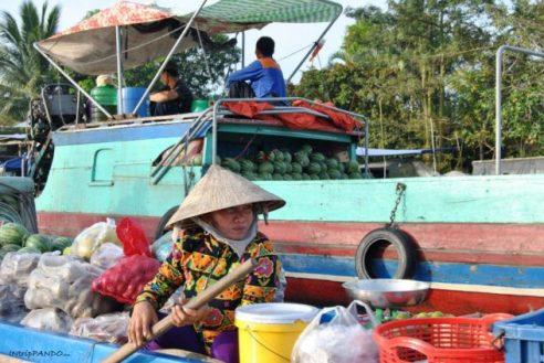 donna al mercato galleggiante sul delta del Mekong