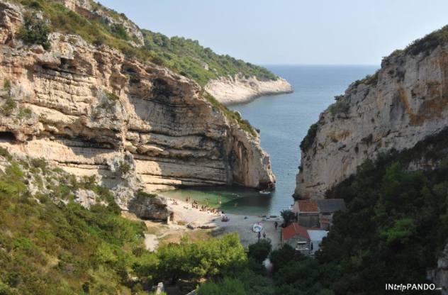 Spiaggia di Stiniva nell'isola di Vis in Croazia