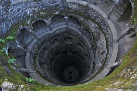 Torre al contrario nella tenuta Quinta da Regaleira a Sintra