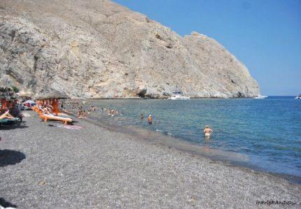 La spiaggia di Perissa a Santorini