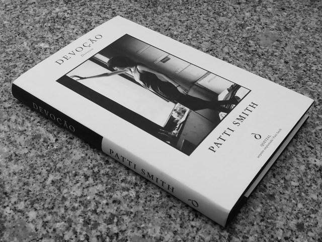 """Recensão do livro """"Devoção"""", escrito pela escritora, cantautora e poetisa Patti Smith, editado pela Quetzal em 2019   INTRO"""