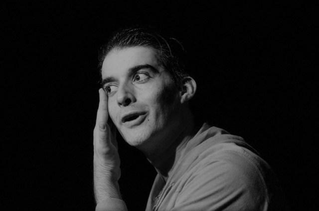 Crítica da peça Sarna, do dramaturgo irlandês Mark O´Rowe, protagonizada por Pedro Frias, apresentada no Mosteiro de São Bento da Vitória a 2/11/2019   INTRO