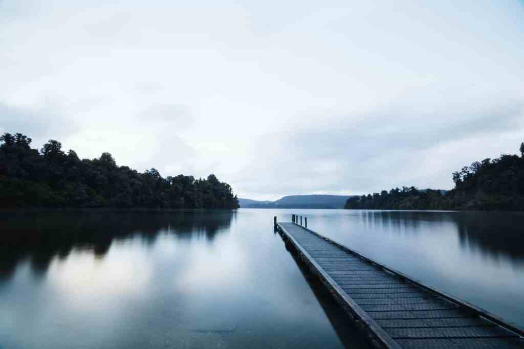 pier met kalm water - ervaring met introvert zijn