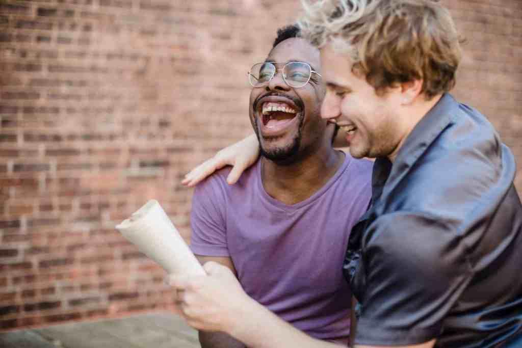 twee mannen lachen - misverstanden over introvert zijn introvertel.nl