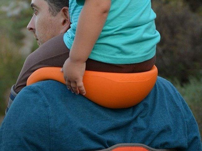 Un porte-bébé sur les épaules à la fois confortable et pratique