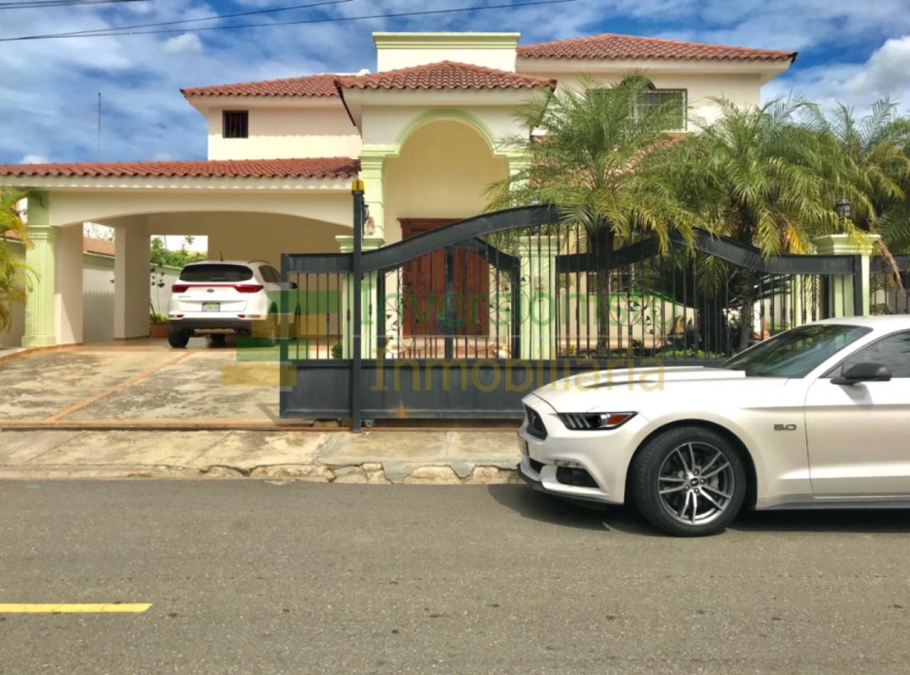 Casa en Complejo Cerrado: Urbanización Miami con 5 Habitaciones