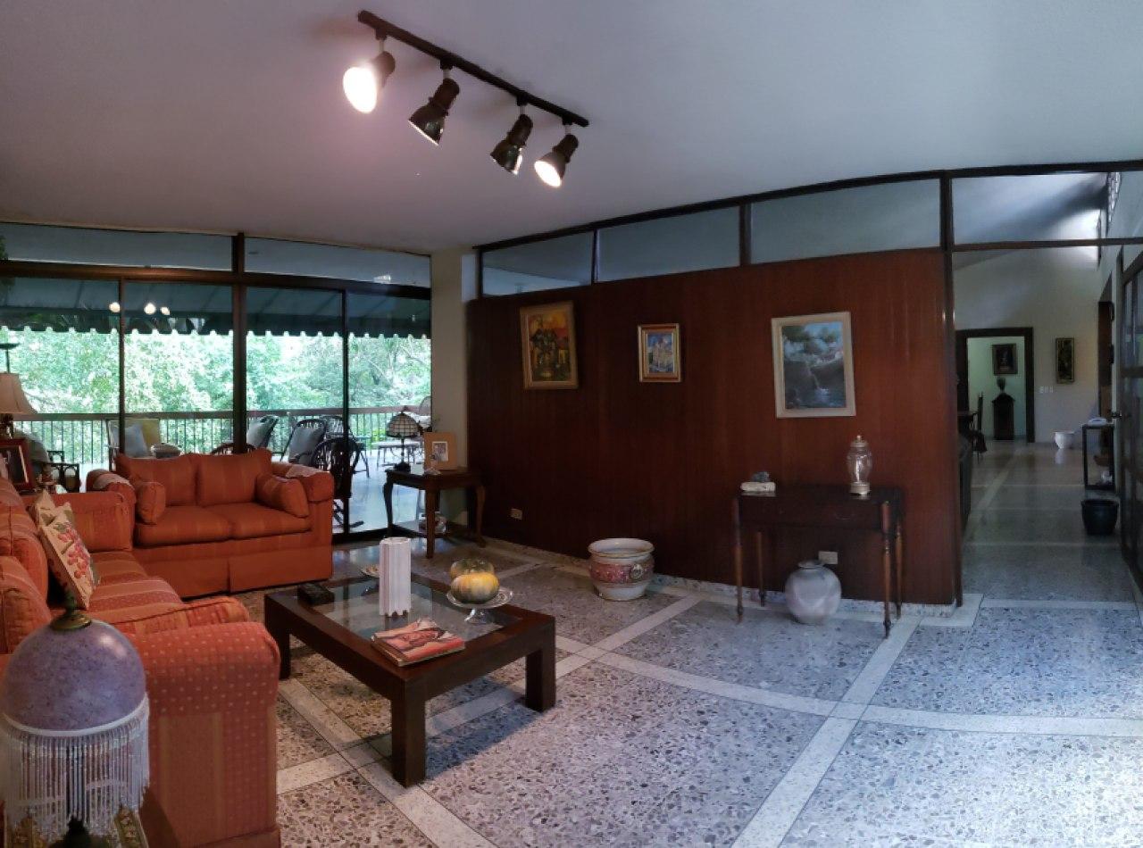 Casa Vintage en Venta con Hermosa Naturaleza en Reparto Panorama