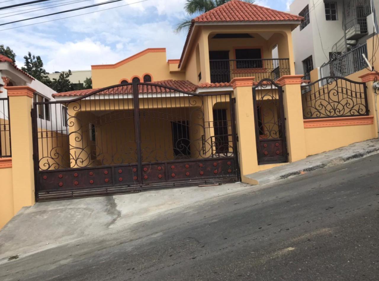 Amplia Casa en Venta en Urbanización Vista Linda, Santiago