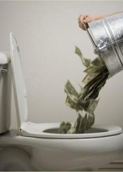 dinero-por-el-retrete% - Diez ejemplos flagrantes de despilfarro e irresponsabilidad económica