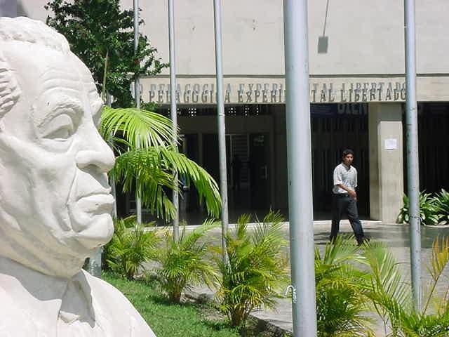 Busto del Dr. Luis Beltrán Prieto Figueroa, epónimo de la UPEL-IPB