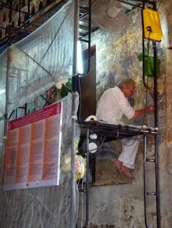 Proceso de limpieza y restauración de las pinturas murales del interior de Wat Sisaket
