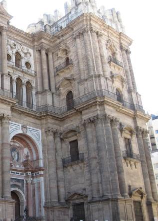 Detalle de la fachada de la catedral de Málaga con una de sus torres inacabadas.