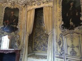 Dormitorio de la Soberana con los retratos del rey de la reina en el Amalienburg.