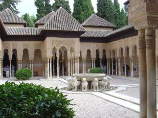 Vista actual del patio de los leones en la Alhambra de Granada. Wikimedia Commons.