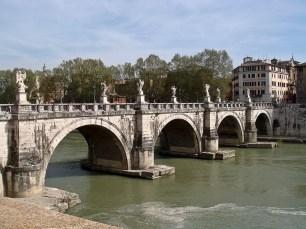 Ponte Sant'Angelo en Roma. Puente de origen romano decorado en el s. XVII por el taller de Bernini.