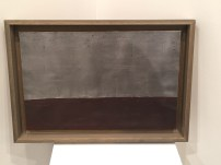 Anna-Eva Bergman: Nº 33-1963 - Horizon vertical, 65 x 50 cm, témpera y láminas de metal sobre cartón montado sobre lienzo. Galerie Jerome Poggi. Foto: Investigart.