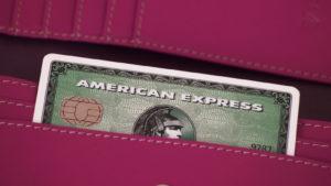 una carta di credito American Express (AXP) che spunta dalla tasca di qualcuno