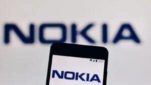 uno sfondo con il logo Nokia (NOK) e un telefono cellulare con il logo Nokia sullo schermo in primo piano