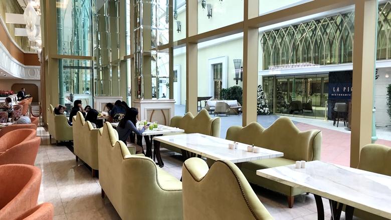 オカダマニラ_OkadaManila_MEDLEY_コリドー側のテーブル席