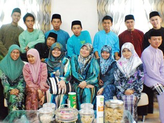 Brunei: Songkok and kurung