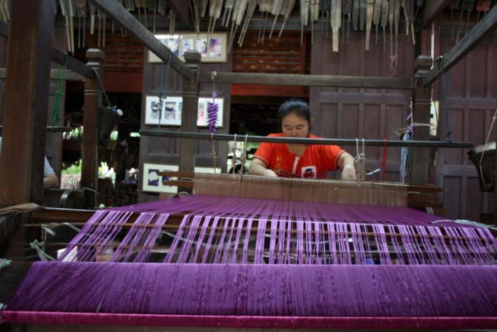 Colours of Isaan: Weaving a purple sarong © Arno Maierbrugger