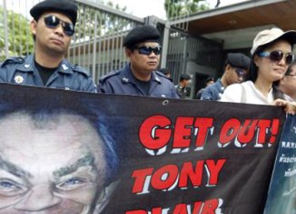 Tony Blair greeted by protesters in Thailand