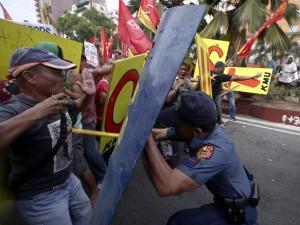Anti-Obama protesters clash with police in Manila