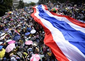 ASEAN countries urge Thailand to solve political crisis