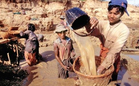 US extends ban on Myanmar gems