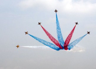 Spectacular manoeuvres at Singapore airshow (video)