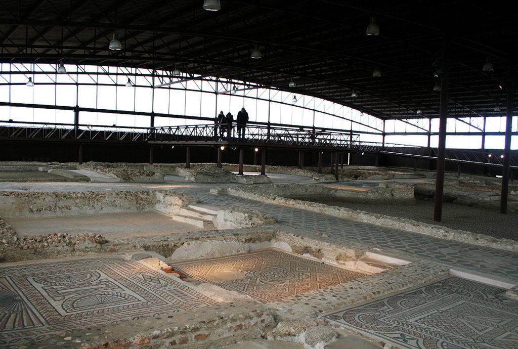 Pasarelas elevadas que permiten ver los mosaicos sin causar daños.
