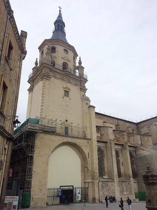 La torre de Santa María de Vitoria desde la plaza homónima.