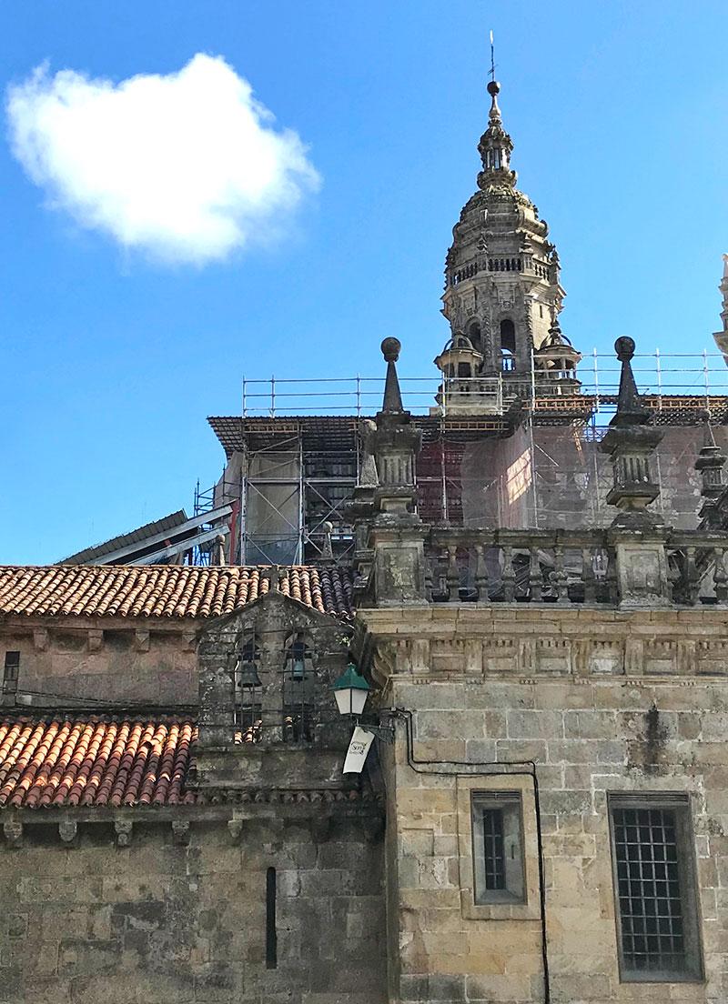Exterior Santa María, la pequeña fachada la Corticela es otra de las curiosidades de la Catedral de Santiago de Compostela
