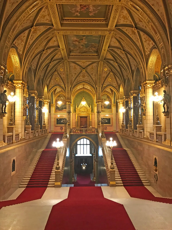 Escalinata - Visita el Parlamento de Budapest