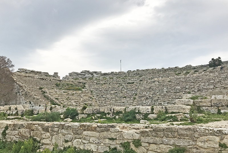 Filas de asientos del teatro de Segesta