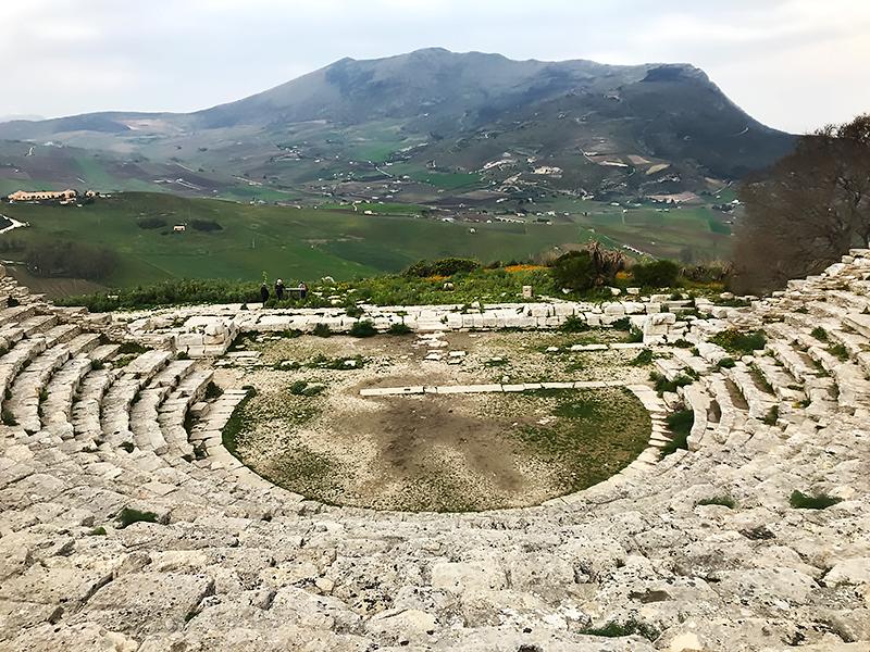Vista del teatro griego de Segesta hacia el valle