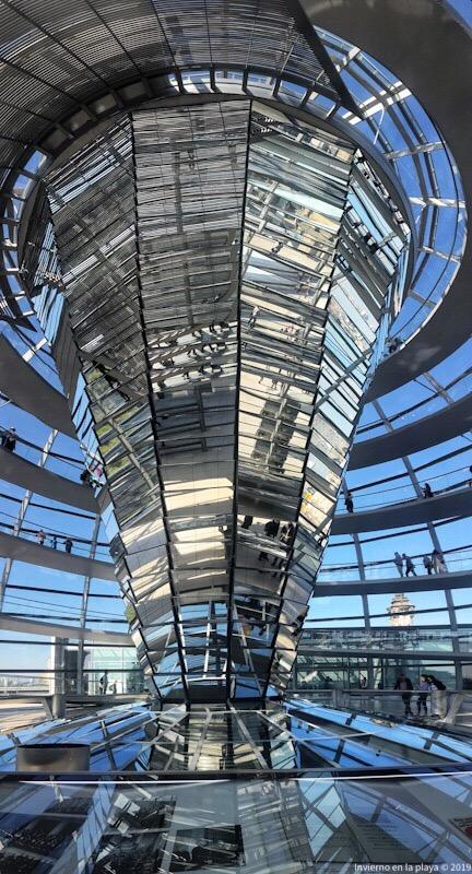 El cono de espejos refleja la luz e ilumina la sala de plenos del Reichstag