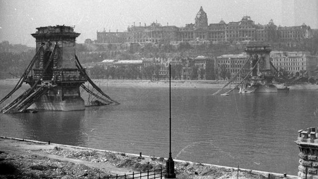 El puente de las Cadenas y el Castillo de Buda, prácticamente destruidos durante la Segunda Guerra Mundial.