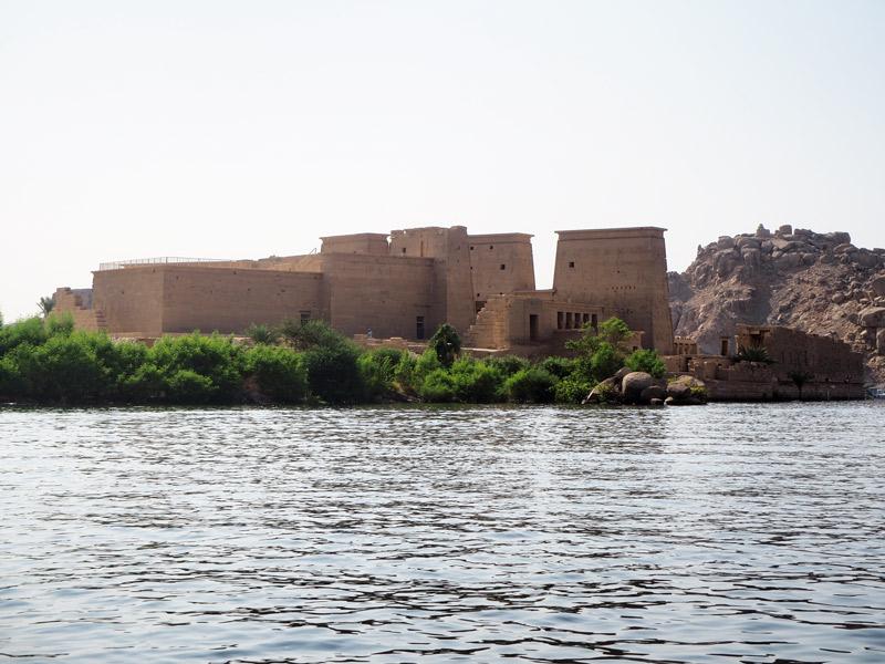 Llegando en la barca por la presa de Aswan.