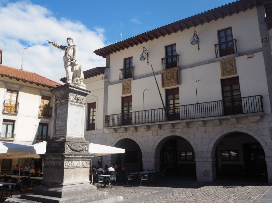 Estatua de Churruca en la plaza principal de Mutriku