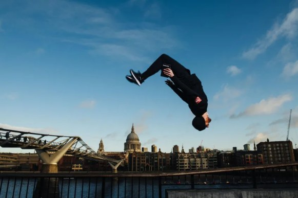 Argos is offering customers special parkour deliveries of the new Samsung Galaxy S20 5G smartphone.