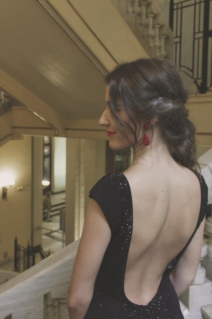 Peinado y pendientes con vestido de espalda descubierta de Pronovias
