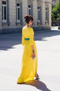 Vestido kimono amarillo sandalias plumas