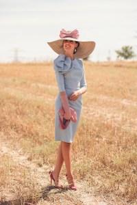 Look invitada boda día mañana vestido azul pamela guantes