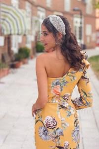 Invitada boda de mañana vestido asimétrico estampado amarillo turbante
