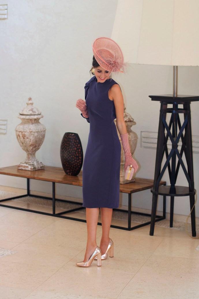 Invitada boda de mañana otoño invierno tocado pequeño vintage vestido morado invitada perfecta