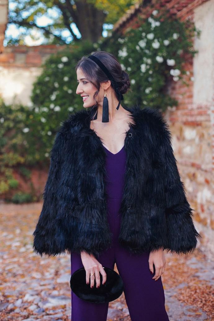 Invitada boda nochevieja mono morado abrigo pelo