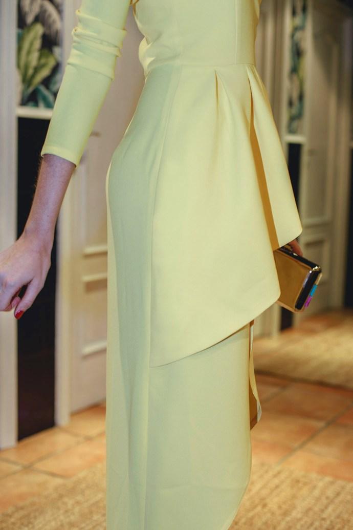 Mejor look invitada boda mañana vestido amarillo complementos azul klein tocado