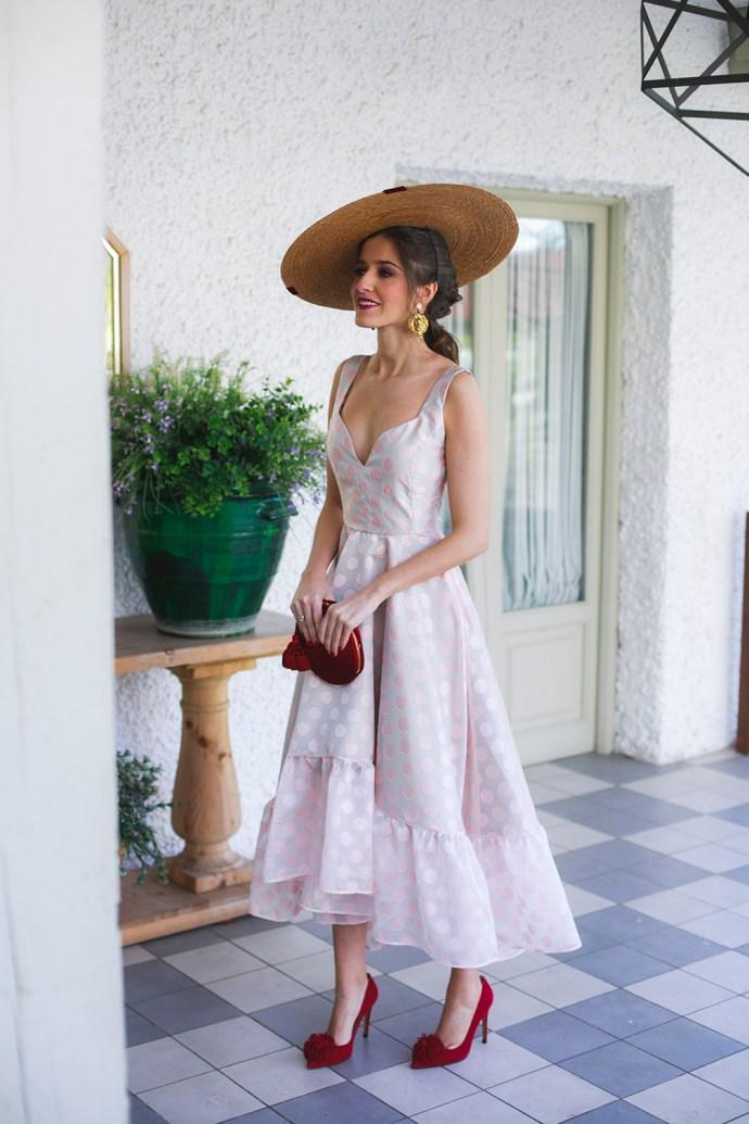 Look invitada mañana dia vestido asimetrico rosa lunares tocado invitada perfecta