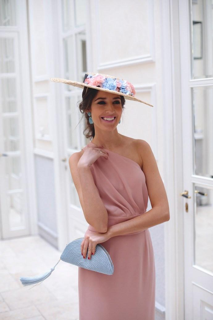 Look invitada boda mañana tocado vestido rosa espalda boda día